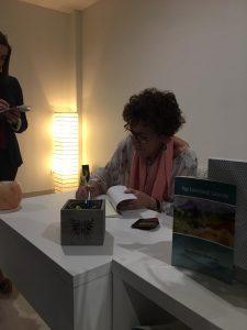 firmando libro